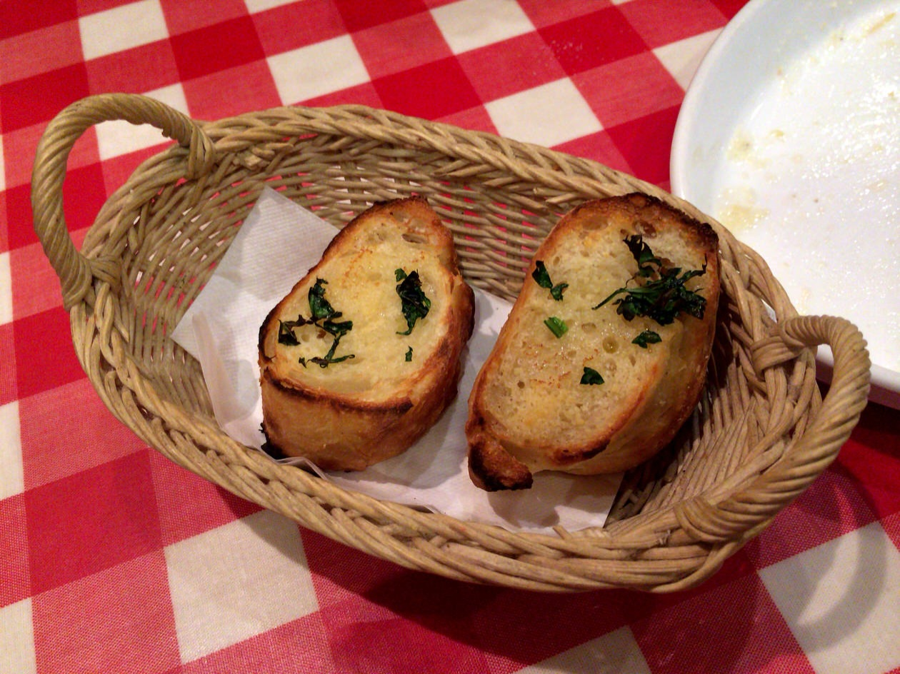 前菜のガーリックトースト