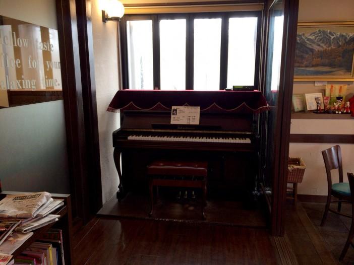 自動演奏をしてくれるアップライトピアノ