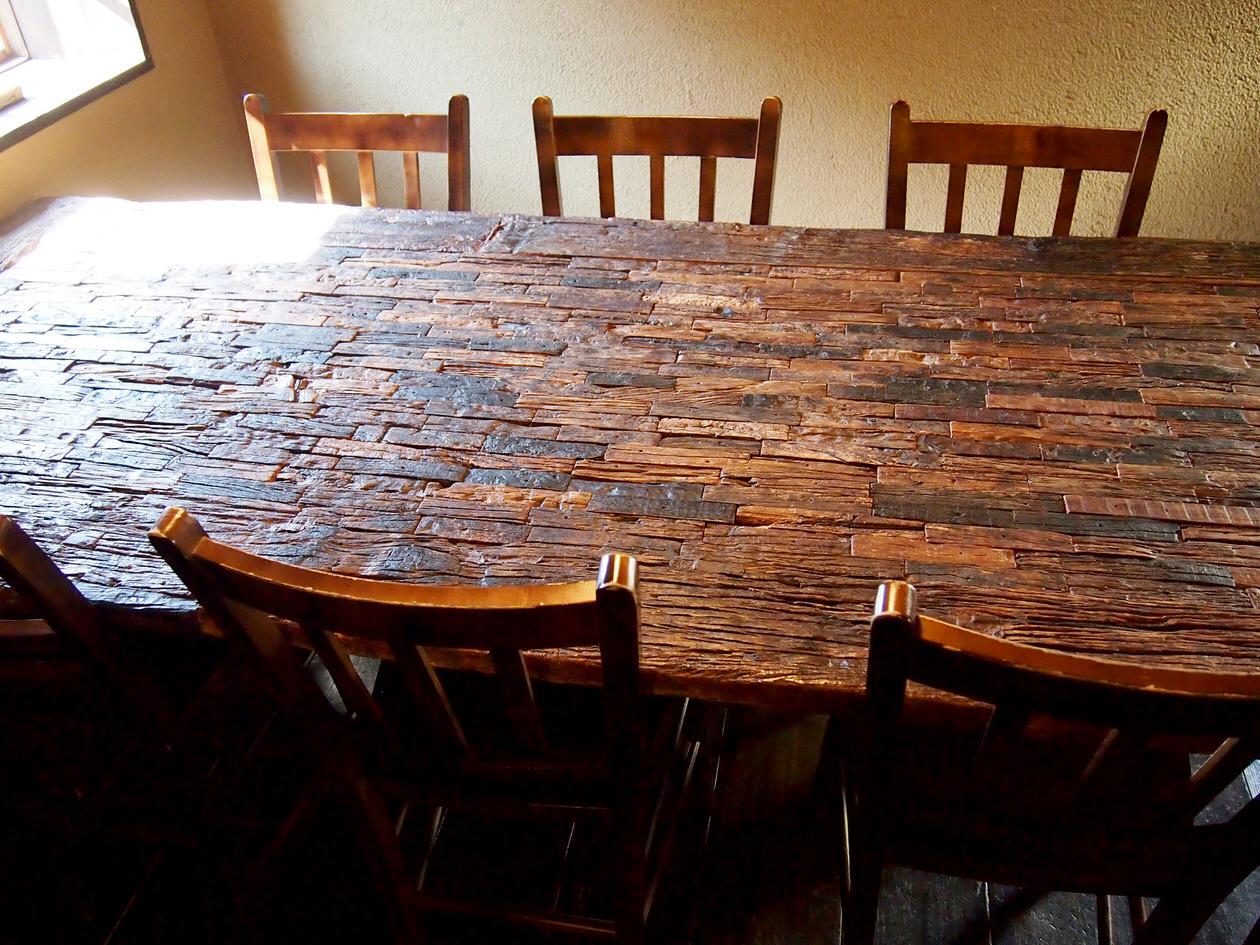 味わいのある木のテーブル