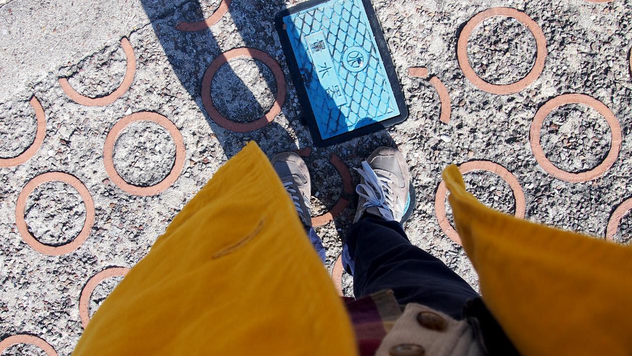 常滑やきもの散歩道・陶器の床
