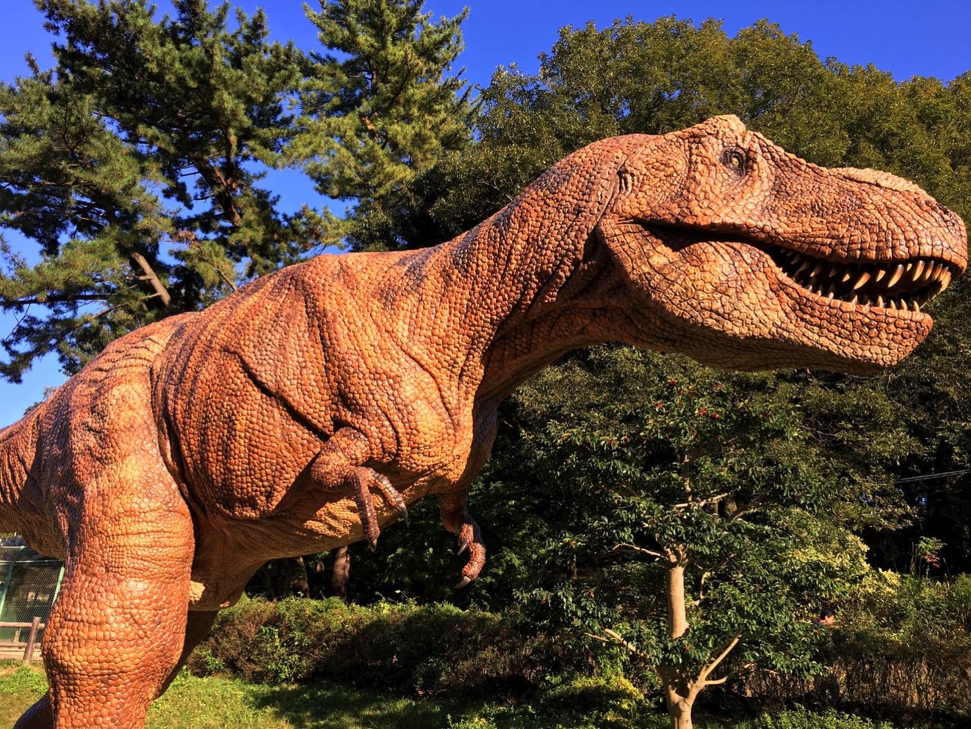 東公園の恐竜モニュメント・ティラノサウルス